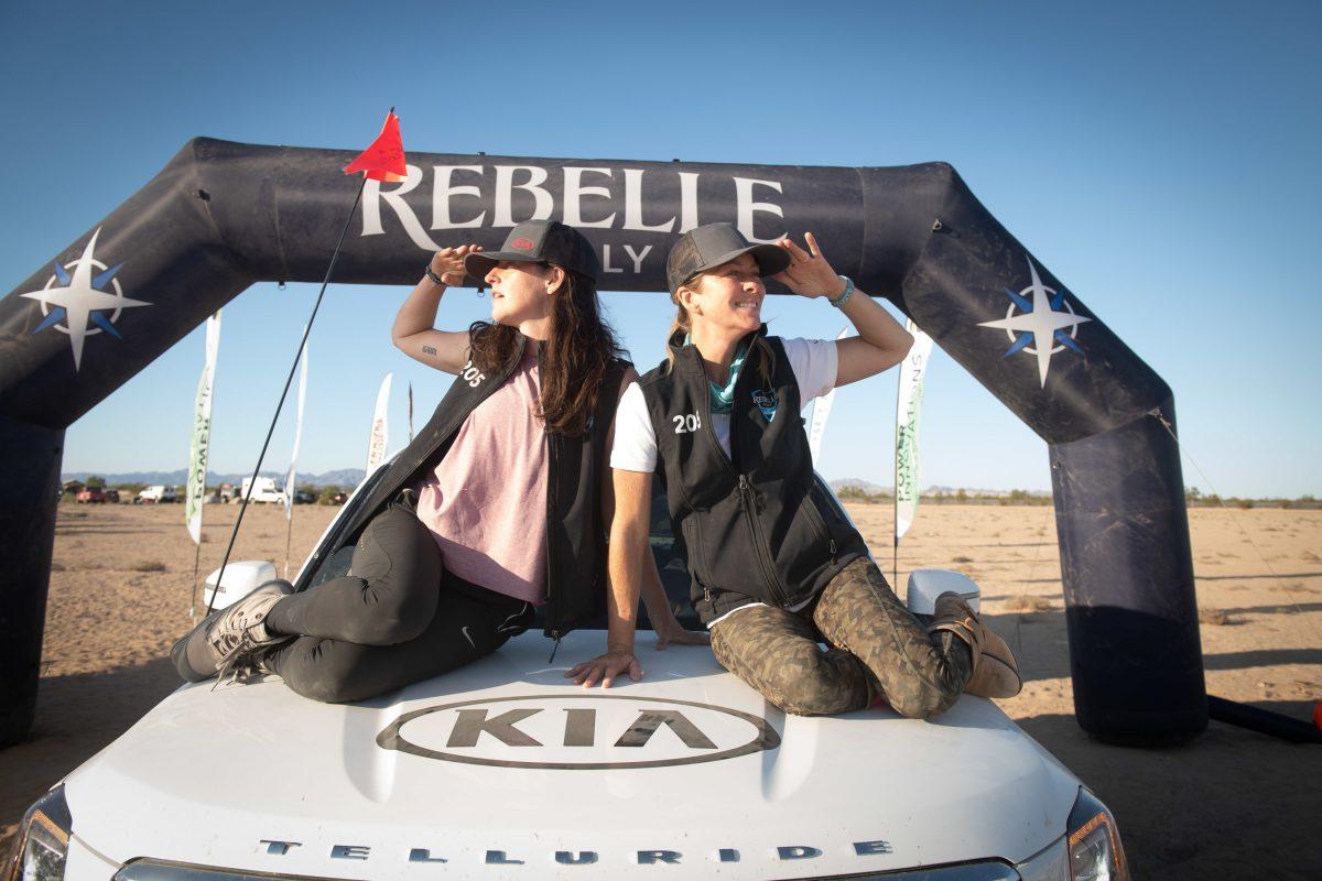 El equipo Telluriders celebra la victoria sobre el podio del Rebelle Rally