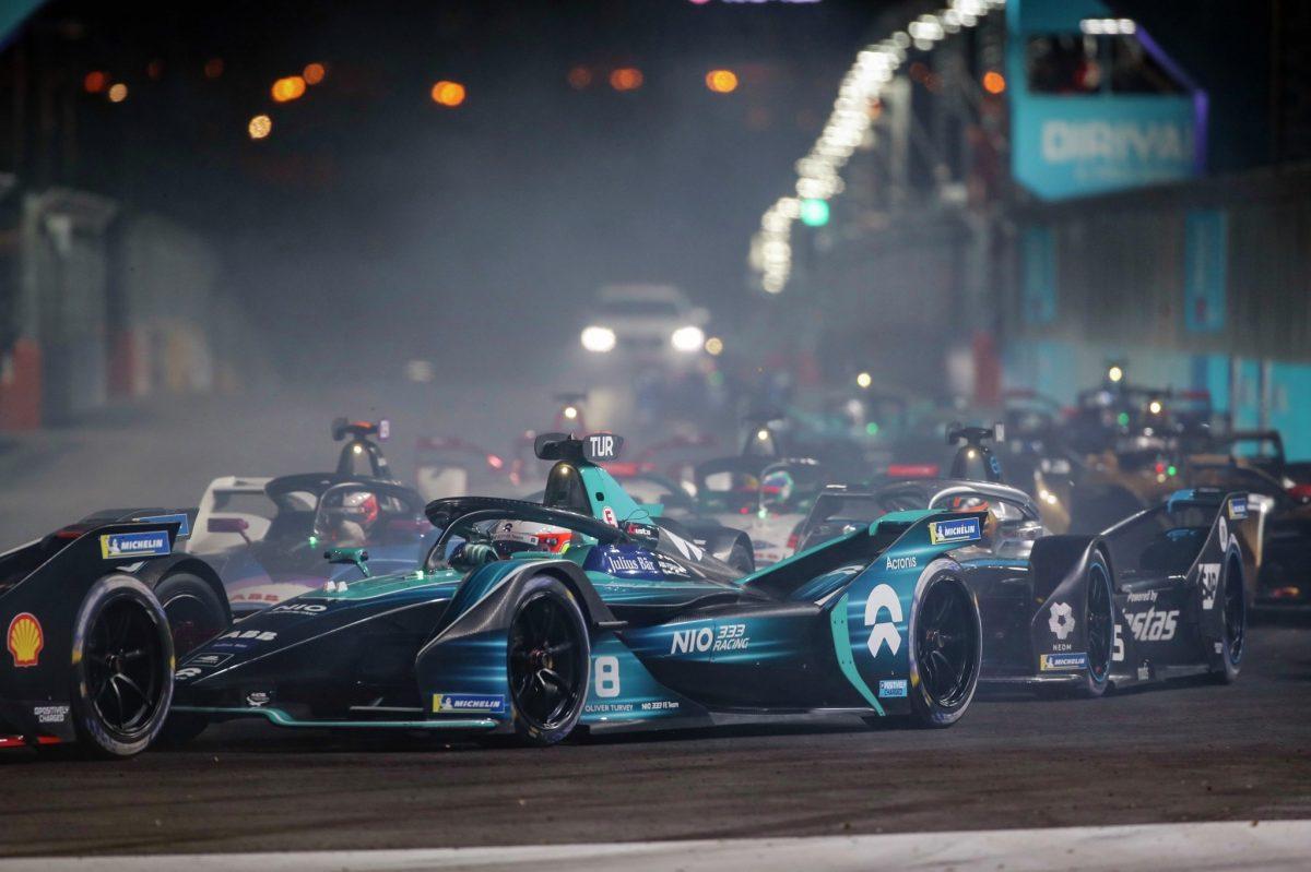 El E-Prix de Diriyah continúa mientras la primera carrera nocturna de Fórmula E totalmente eléctrica ilumina los cielos de Arabia Saudita